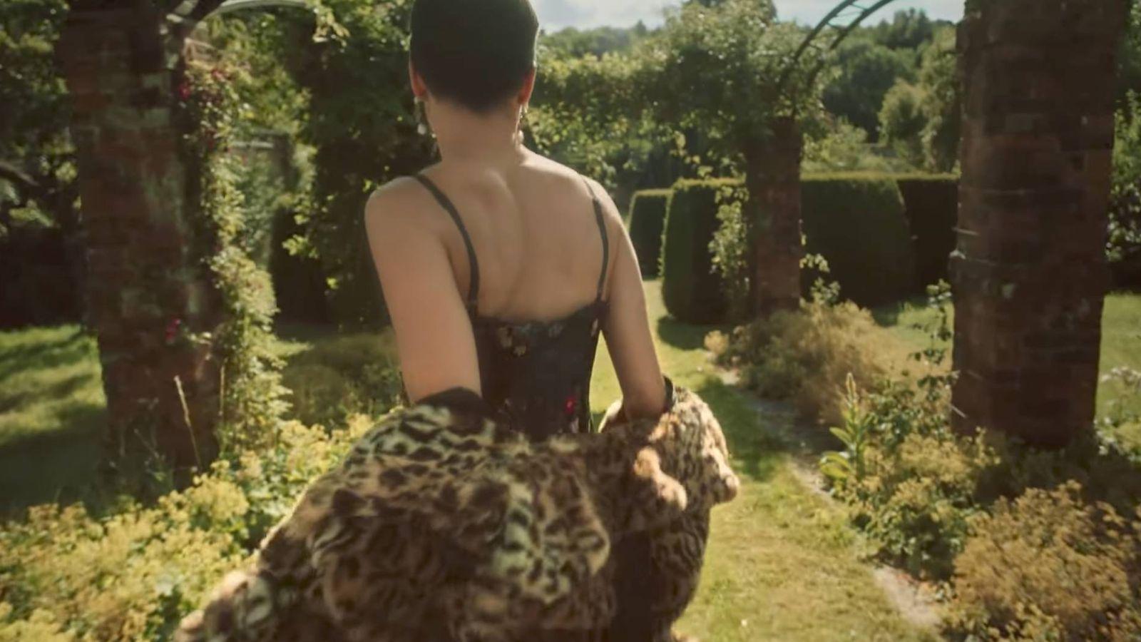 Foto: Fotograma del teaser de Baz Luhrmann que anuncia la colaboración de Erdem con H&M.