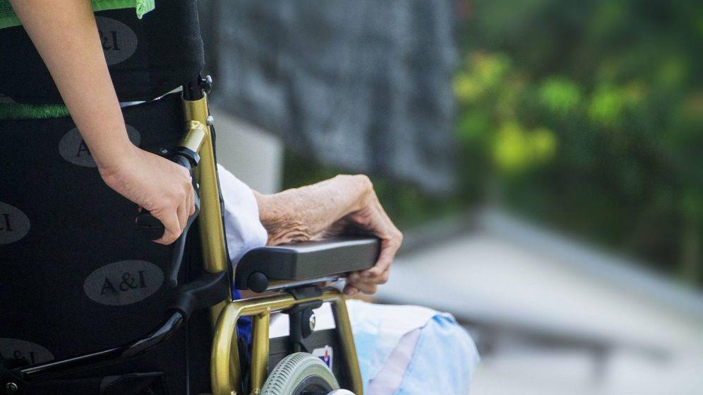 Foto: Una cuidadora sostiene la silla de ruedas de una anciana. (Pixabay)