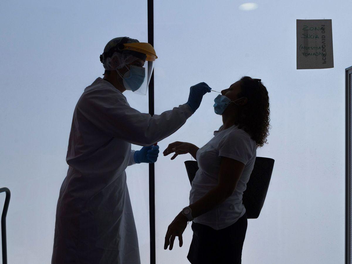 Foto: Un enfermero de Urgencias realiza un test PCR. (EFE)
