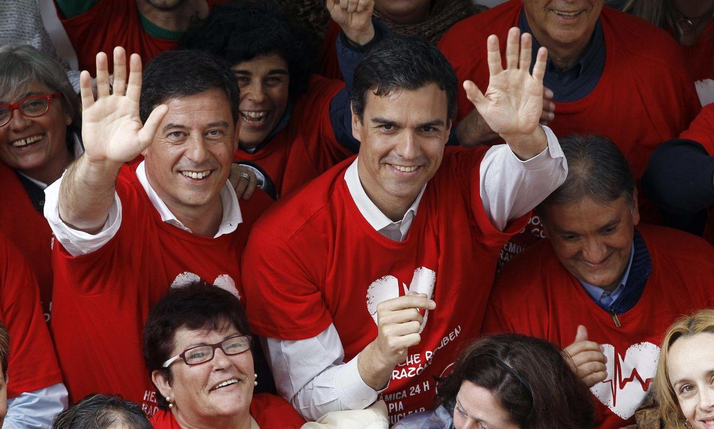 Foto: Pedro Sánchez y el todavía secretario general del PSdeG, José Ramón Gómez Besteiro, el 22 de abril de 2015 en Lugo. (EFE)