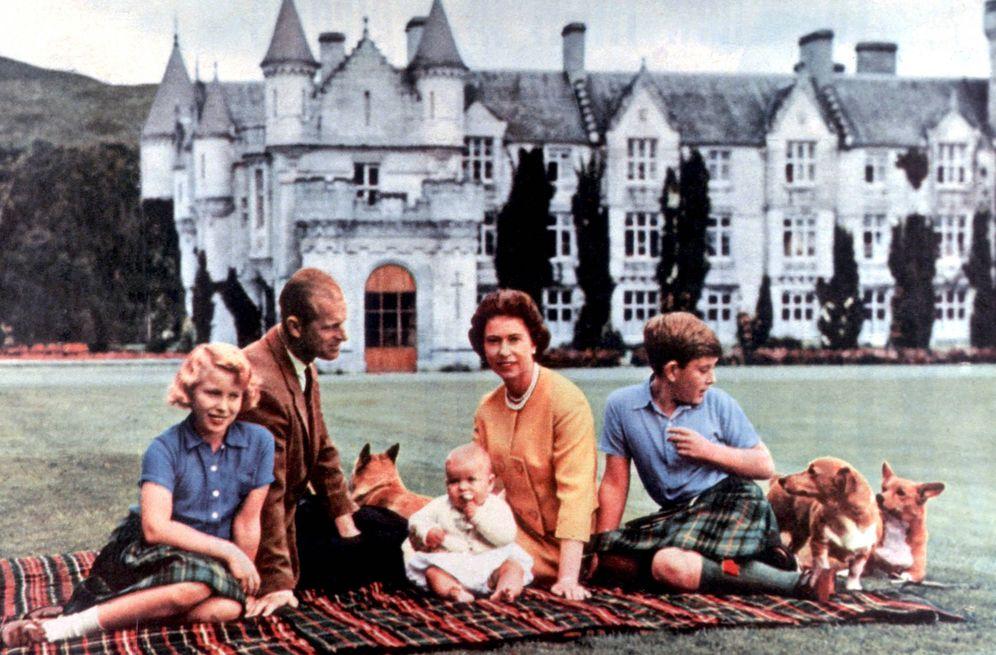 Foto: La reina Isabel, el duque de Edimburgo y los príncipes Carlos, Ana y Andrés, en Balmoral. (Cordon Press)