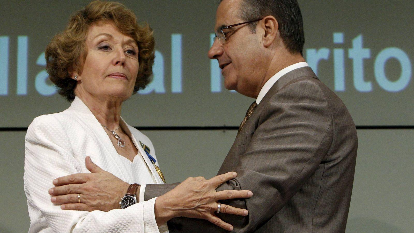 Foto: Rosa María Mateo, cuando recibió la Medalla de Oro al Mérito en el Trabajo de manos del entonces ministro, Celestino Corbacho, el 29 de junio de 2010. (EFE)