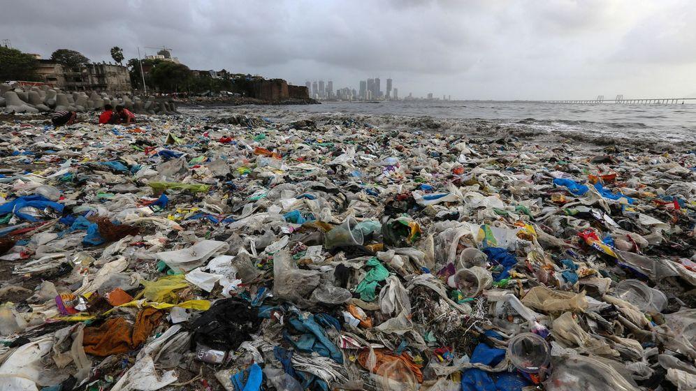 Foto: Ver playas llenas de plástico es algo habitual en India (EFE/Divyakant Solanki)
