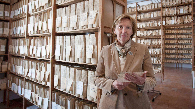 Liliane Dahlmann, historiadora y viuda de la 'duquesa roja', en el archivo de la Fundación Casa Medina Sidonia. (EFE)