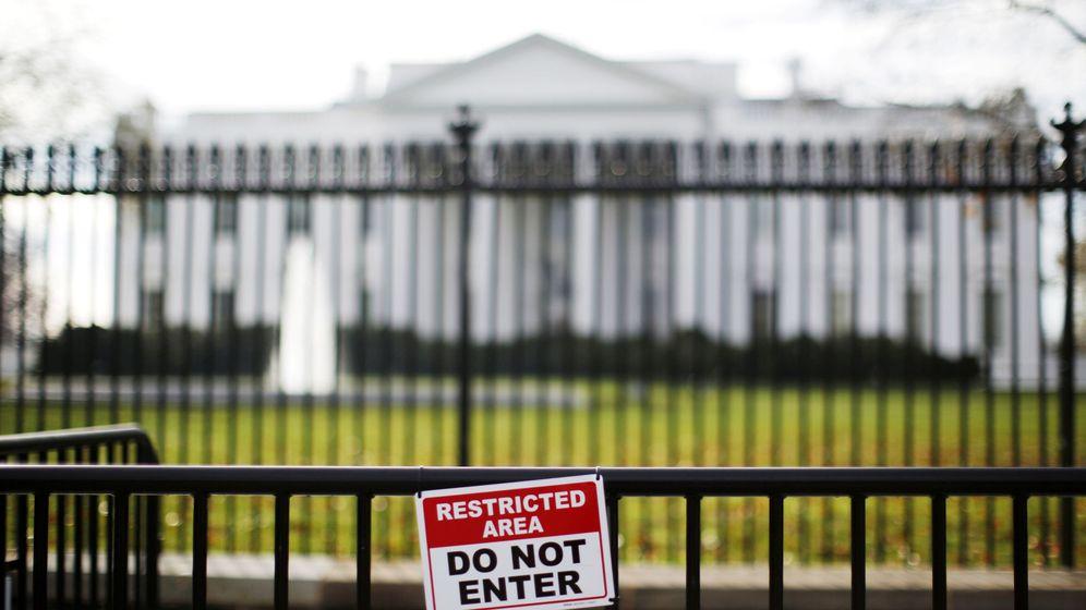 Foto: Una señal de restricción de entrada en las afueras de la Casa Blanca. (Reuters)