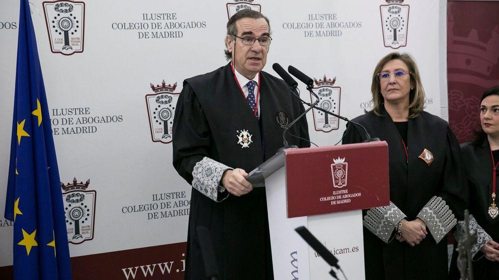 Foto: El decano José María Alonso junto a la exdecana Sonia Gumpert. (EFE)