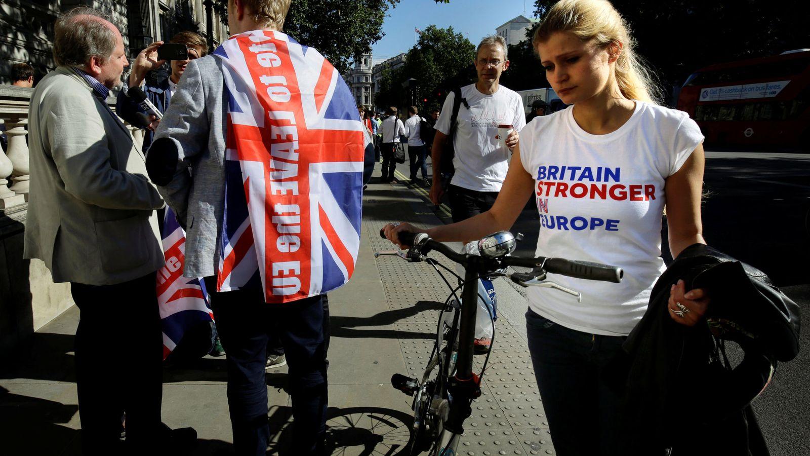 Foto: Una partidaria de la permanencia pasa junto a un votante pro-Brexit en Londres, el 24 de junio de 2016 (Reuters)