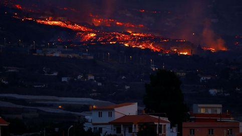 Los vecinos de La Palma se acercan a conocer el nuevo volcán: Se comió hasta una escuela