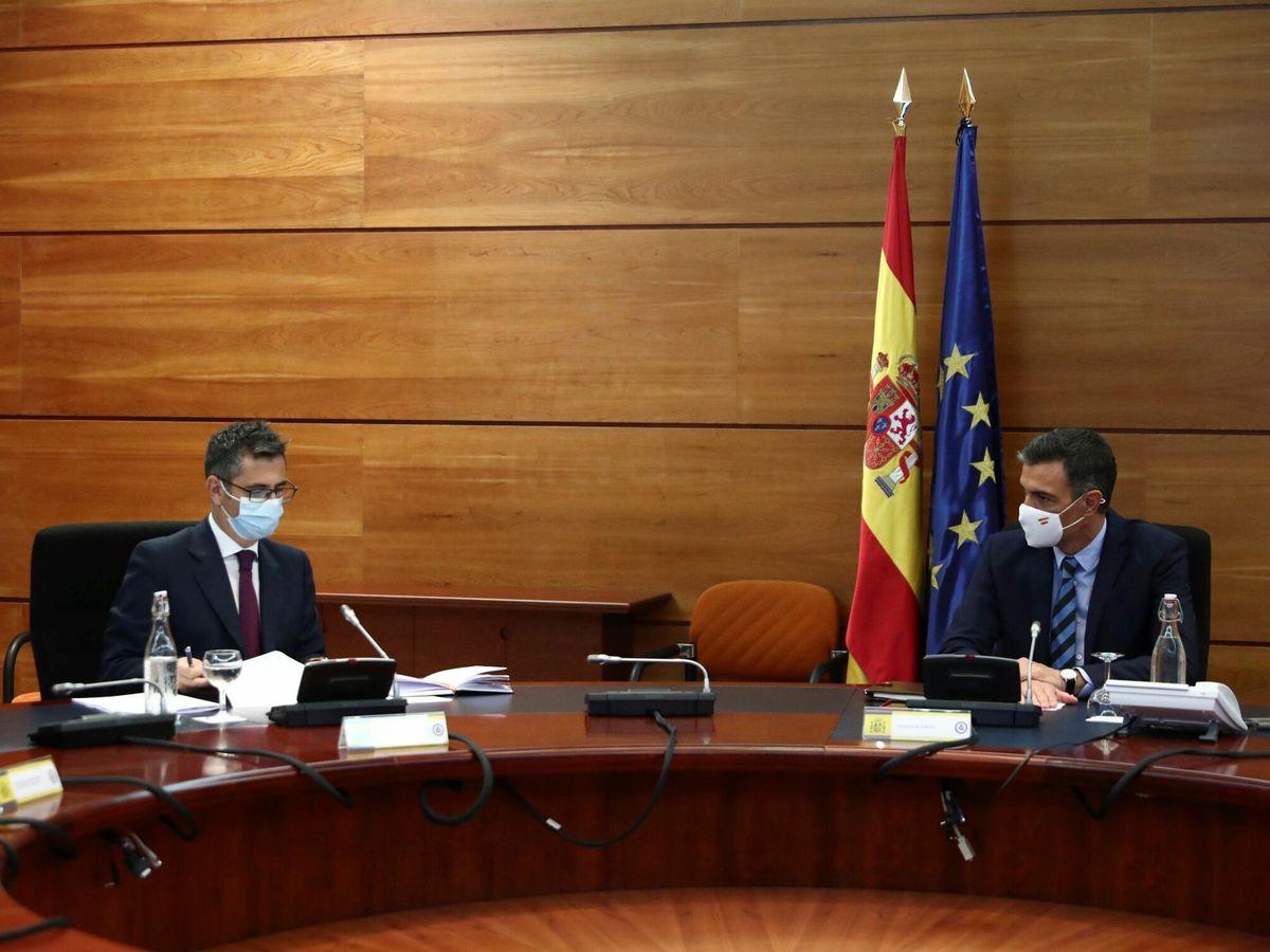 Foto: Pedro Sánchez (d) y Félix Bolaños (i). (EFE)