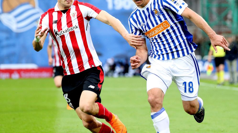 Foto: Mikel Oyarzabal disputa un balón con el futbolista del Athletic, Óscar De Marcos. (Efe)