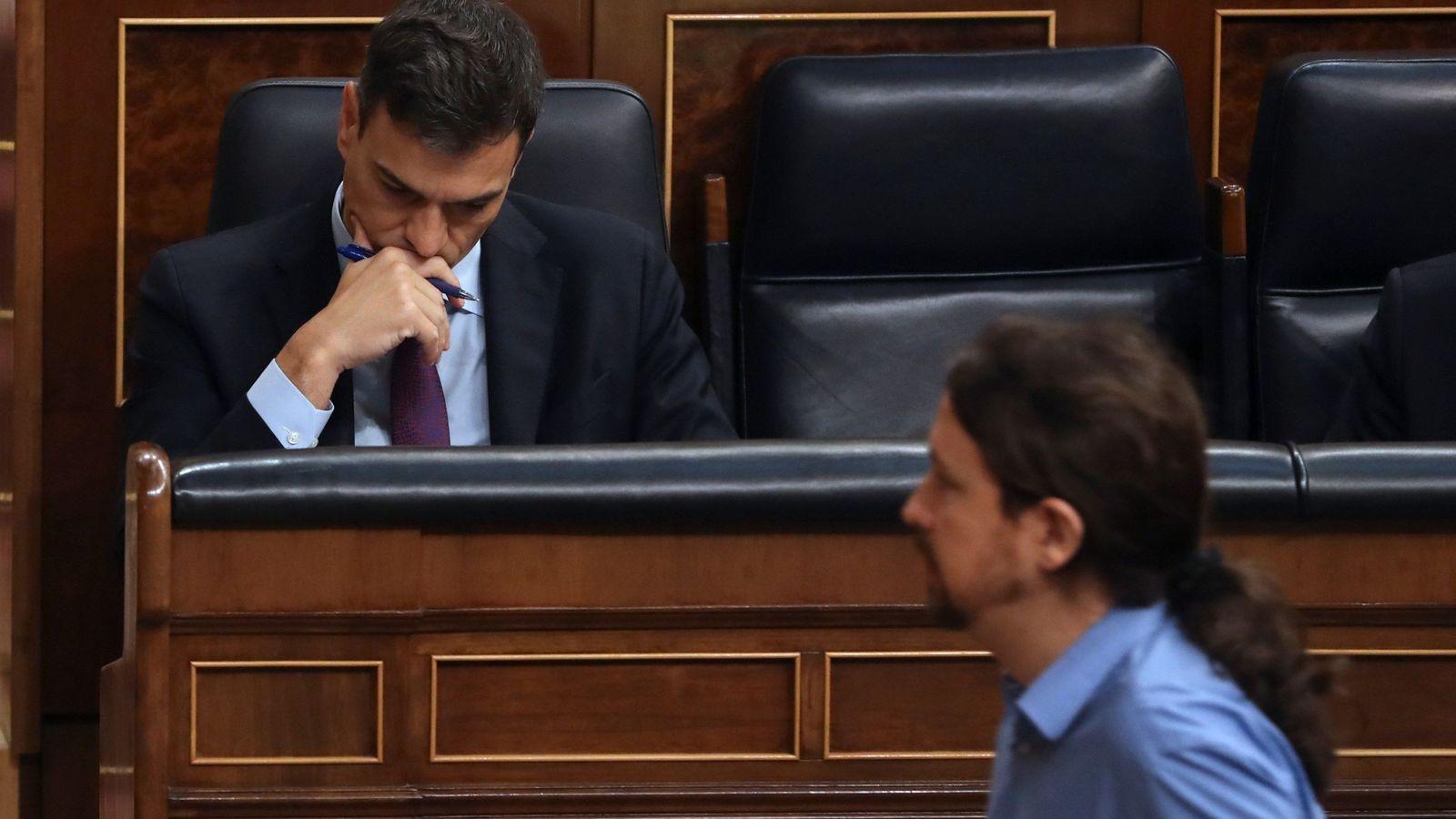 Foto: El secretario general de Podemos, Pablo Iglesias, pasa por delante del presidente del Gobierno, Pedro Sánchez. (EFE)