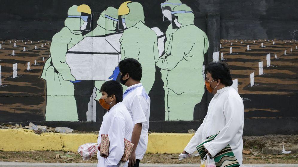 Foto: Un mural en Yakarta que refleja el enterramiento de una víctima de covid-19. (EFE)