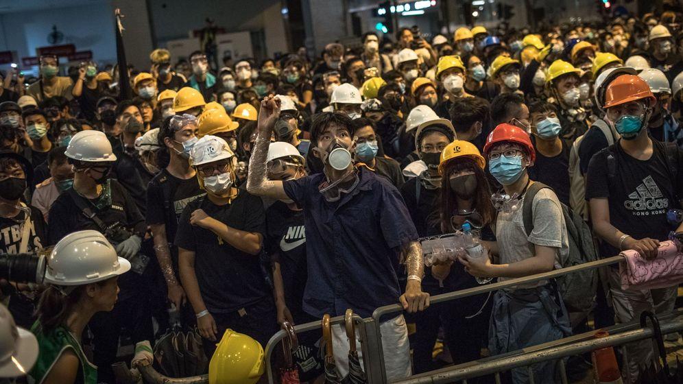 Foto: Miles de manifestantes ante el cuartel general de la Policía en Hong Kong. (EFE)