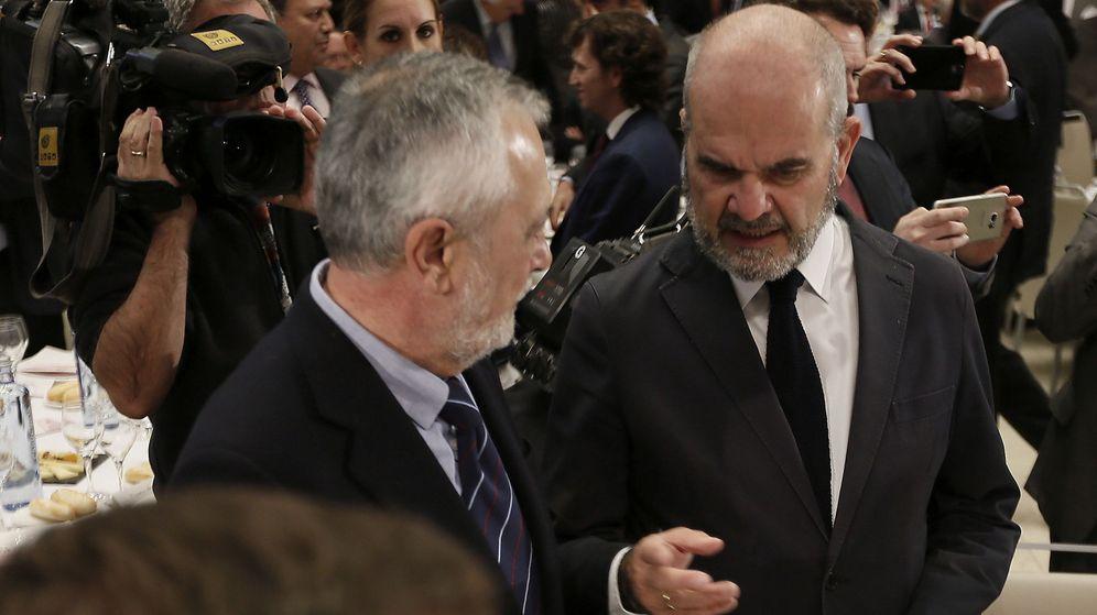 Foto: Los expresidentes de la Junta de Andalucía José Antonio Griñán (i) y Manuel Chaves. (EFE)