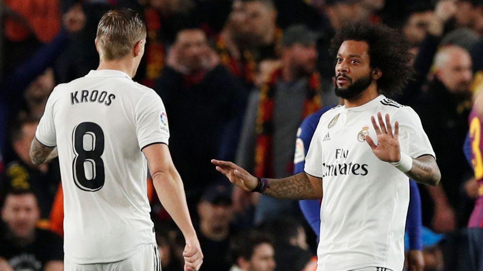 Foto: Marcelo le hace un gesto a Toni Kroos. (Reuters)
