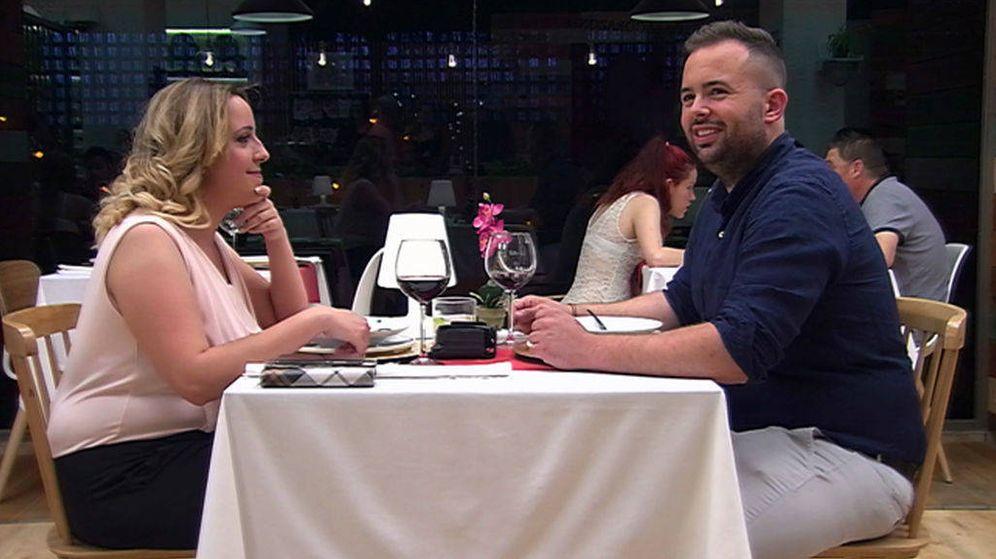 Foto: Santi y Lorena, tensión en 'First Dates' tras un comentario homófobo.