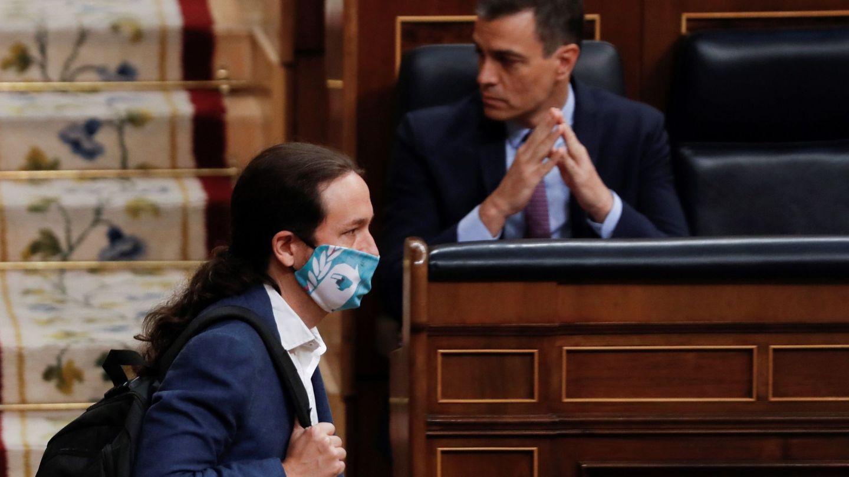 Pablo Iglesias pasa ante el escaño de Pedro Sánchez en el Congreso. (EFE)