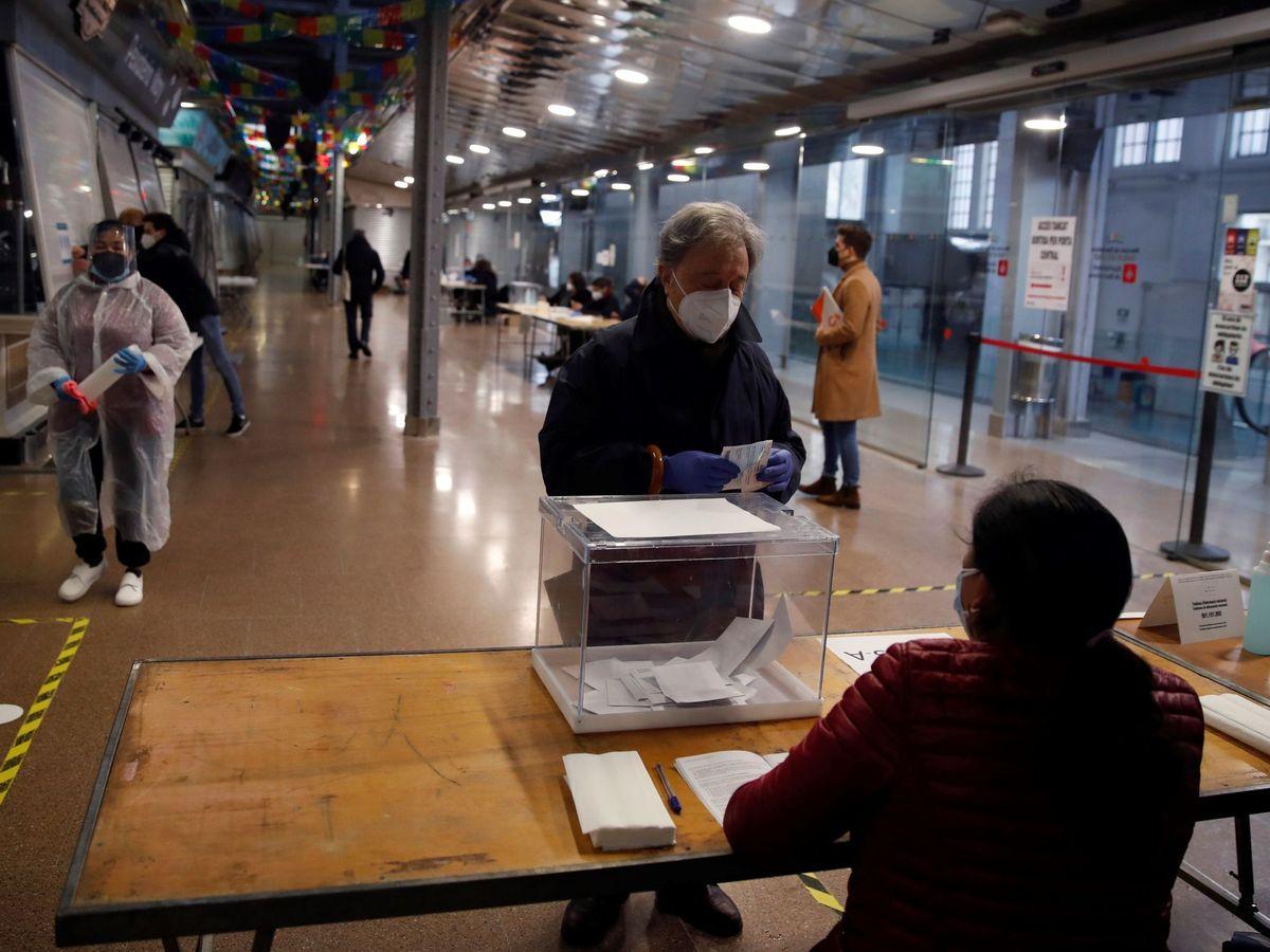 Foto: Un hombre vota en el colegio electoral situado en Barcelona. (EFE)