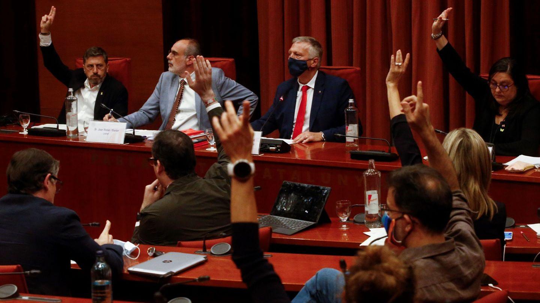El diputado Jean Castel (d), preside la reunión de la comisión de Asuntos Institucionales del Parlament.