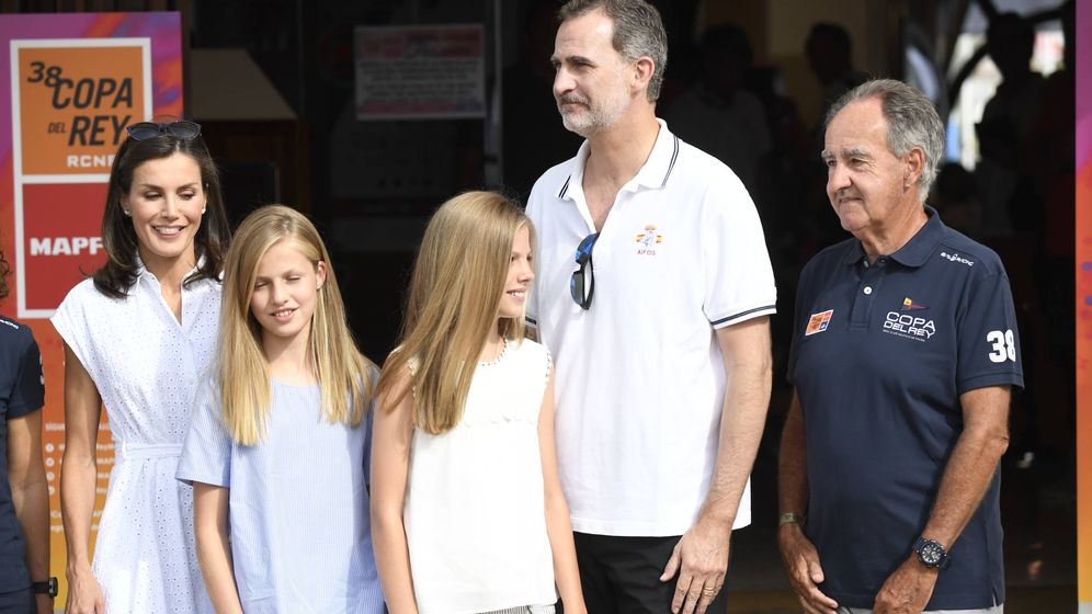 Foto: Los Reyes y sus hijas en el Club Náutico. (Limited Pictures)