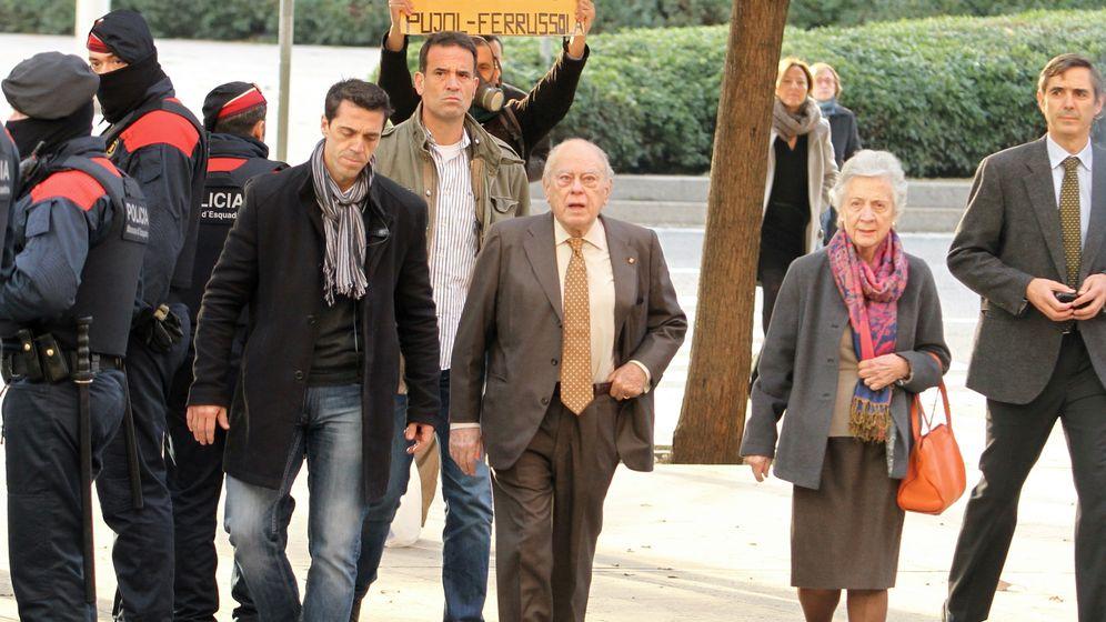 Foto: Jordi Pujol y Marta Ferrusola, a su llegada a los Juzgados de Barcelona. (Gtres)