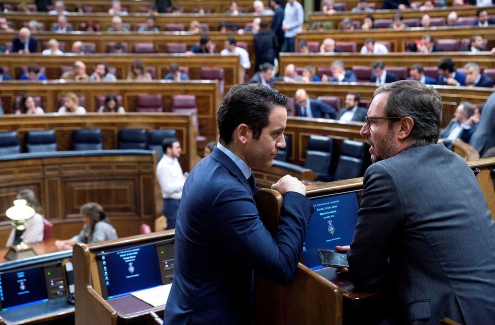 Foto: El secretario general del PP, Teodoro García Egea (i), conversa con Javier Maroto en el Congreso. (EFE)