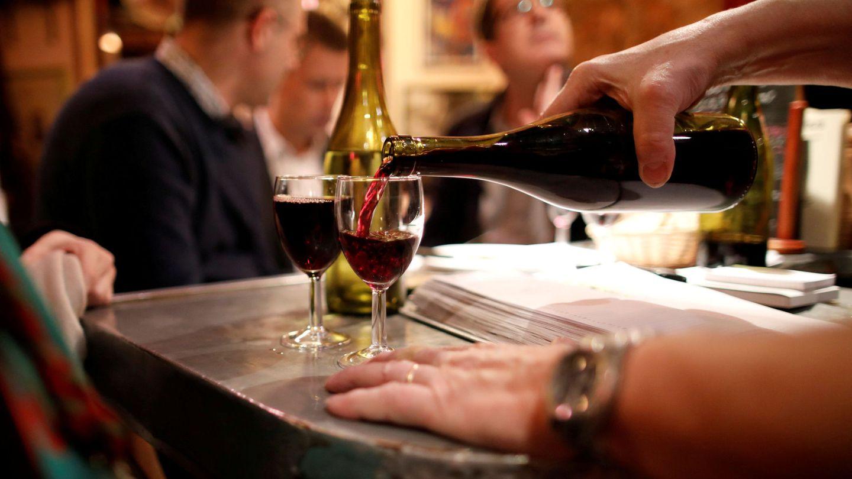 Un camarero sirve un vaso de vino en un restaurante de París. (Reuters)