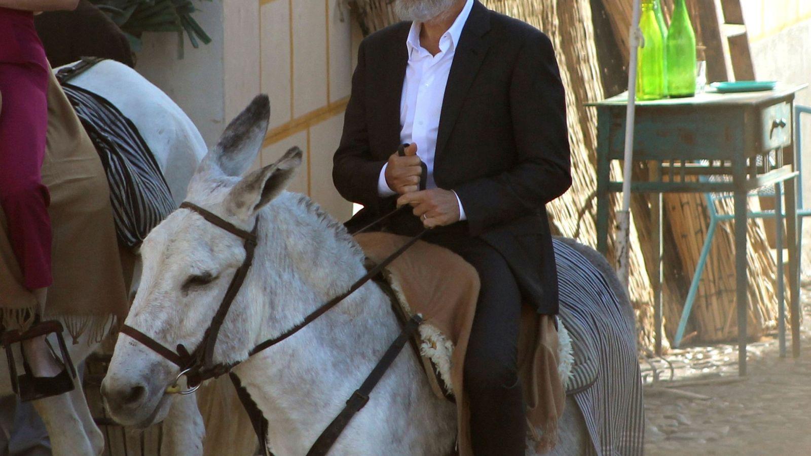 Foto: George Clooney, en burro por Navalcarnero. (EFE)