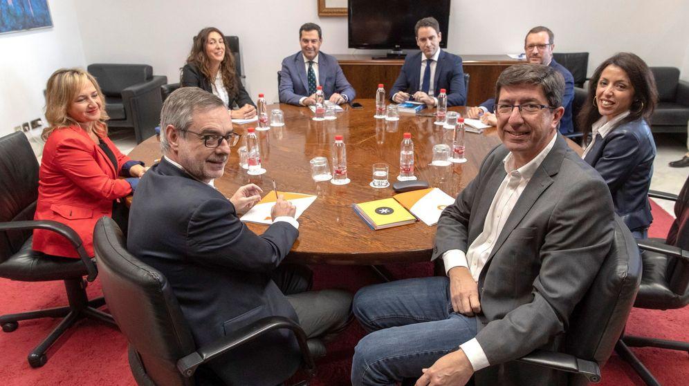 Foto: Los equipos negociadores de Partido Popular y Ciudadanos, encabezados por Juanma Moreno y Juan Marín. (EFE)