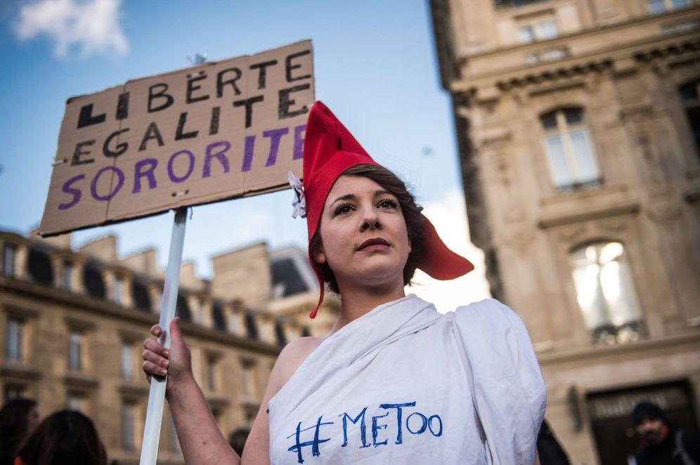 Foto: Una activista feminista, durante una manifestación de #MeToo en París. (Reuters)