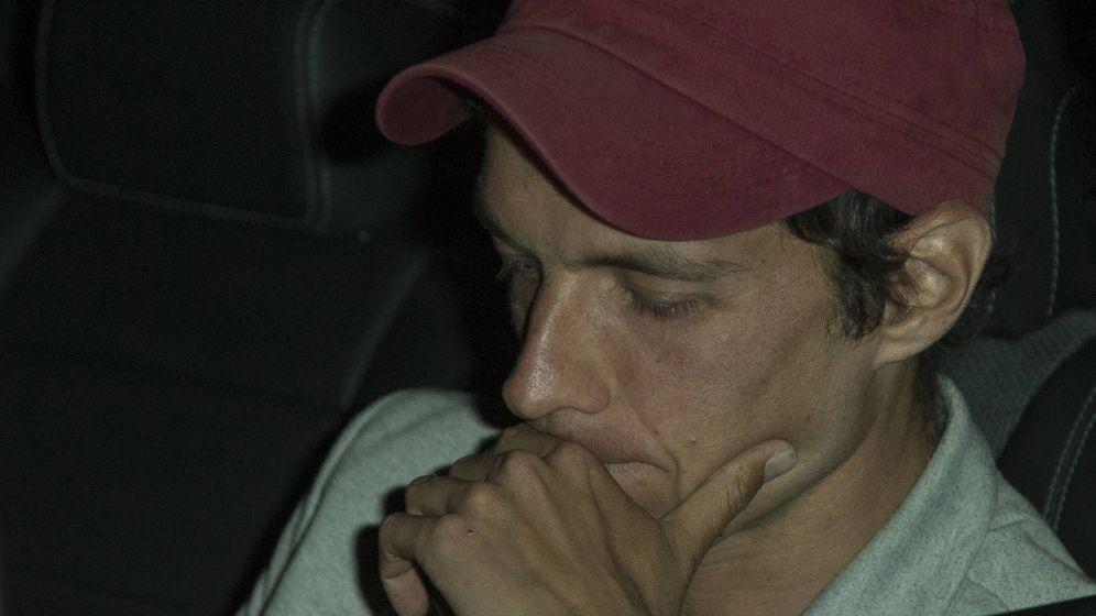 Foto: El joven, compungido a la llegada al tanatorio. (Foto: José Martín)