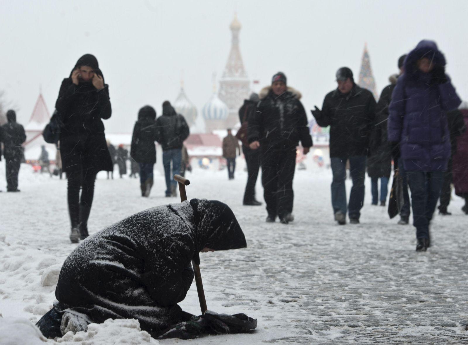 Foto: Una mujer pide limosna durante una fuerte nevada en el centro de Moscú, en diciembre de 2010 (Reuters).