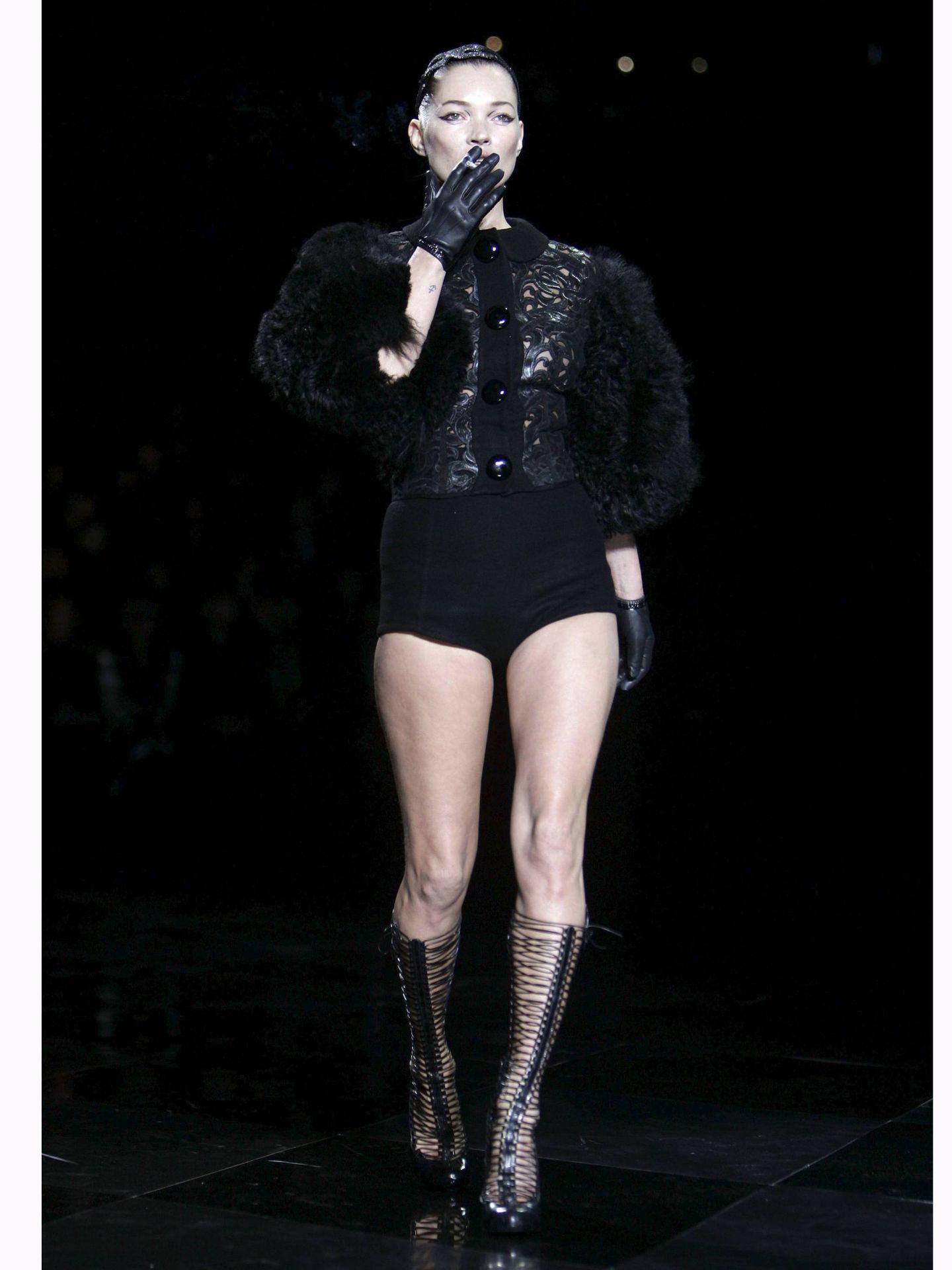 Kate Moss, desfilando para Louis Vuitton otoño-invierno 2011/12. (EFE)