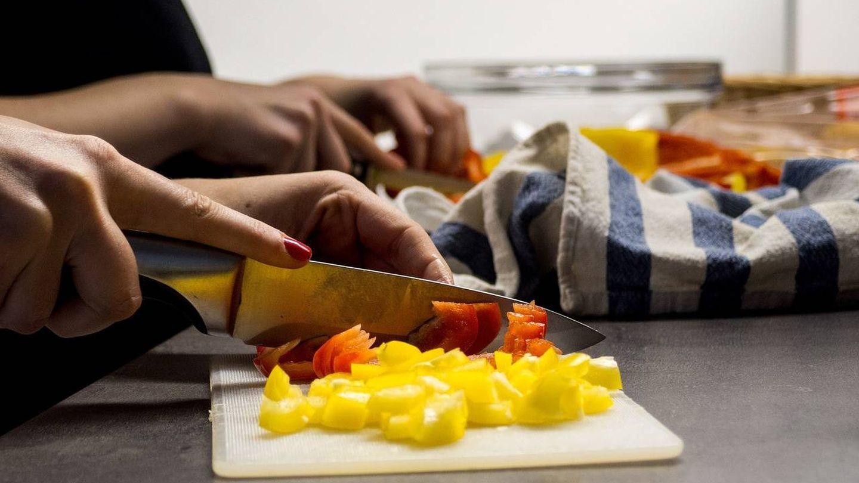 El mejor cuchillo para pelar y cortar verduras es el mondador.