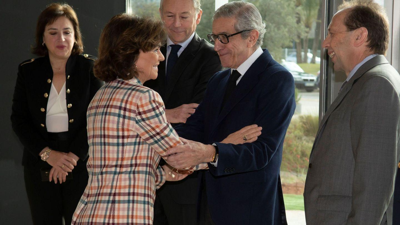 La vicepresidenta primera del Gobierno, Carmen Calvo, y el presidente de la Fundación Unicaja, Braulio Medel. (EFE)