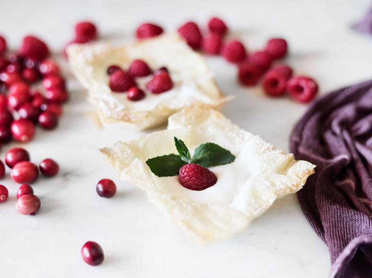Foto: Tartaletas de pasta filo con yogur de frambuesa. (Imagen: Snaps Fotografía)