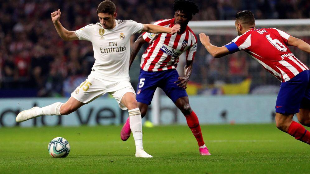 Foto: Valverde disputa un balón contra el Atlético de Madrid. (EFE)