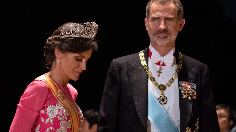 Los Reyes, durante su visita a Japón en 2019 con doña Letizia luciendo los pendientes de chatones. (EFE)
