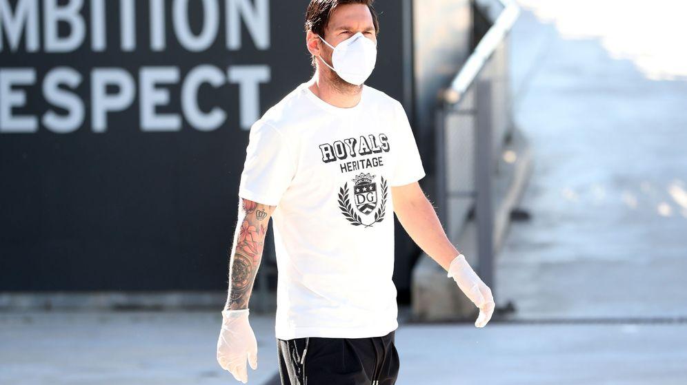 Foto: Leo Messi, con mascarilla y guantes, acude a hacerse los test del coronavirus. (Efe)