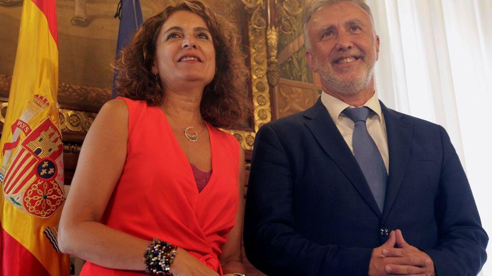 Foto: La ministra de Hacienda en funciones, María Jesús Montero, y el presidente del Gobierno de Canarias, Ángel Víctor Torres. (EFE)