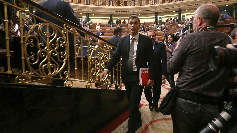 El líder del PSOE, Pedro Sánchez, abandona el hemiciclo. (EFE)