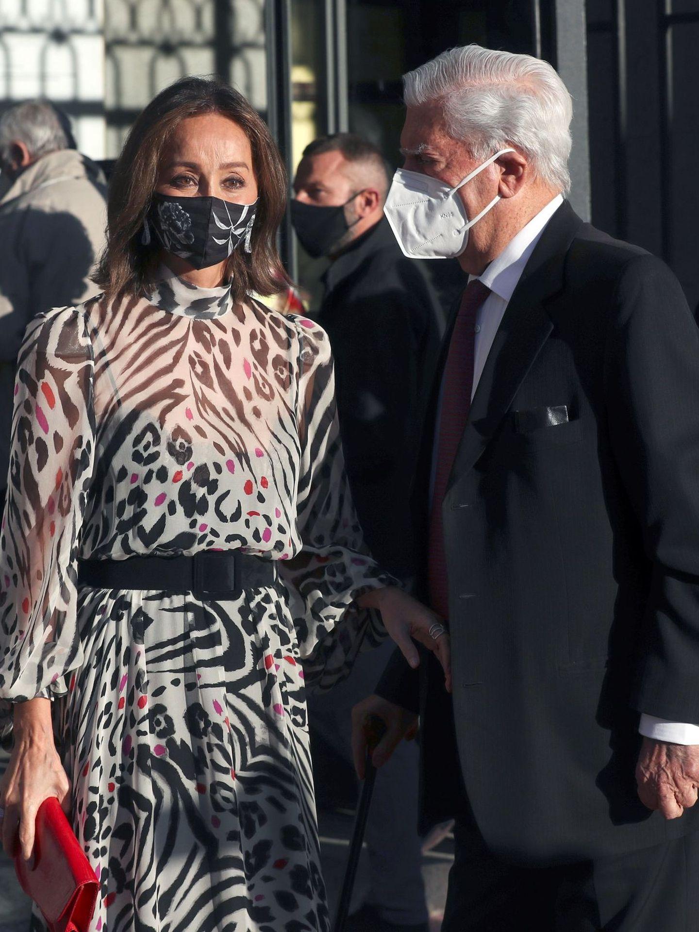 Mario Vargas Llosa e Isabel Preysler, a su llegada del Teatro Real. (EFE)