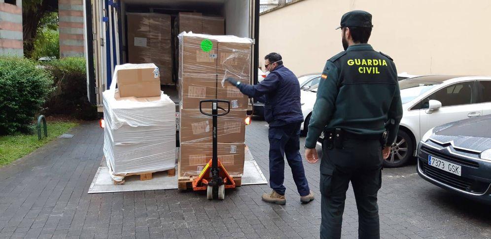 Foto: Llegada al País Vasco de parte del medio millón de mascarillas facilitadas por el Gobierno español. (EC)