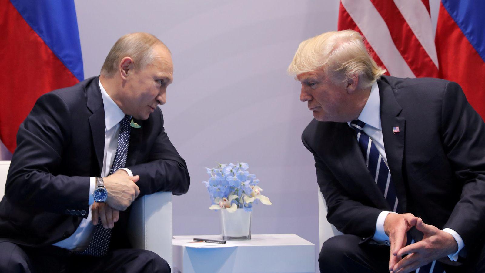 Foto: El presidente de Rusia, Vladimir Putin, conversa con su homólogo estadounidense, Donald Trump. (Reuters)