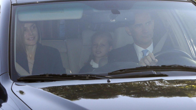 Los Reyes, llevando al colegio a sus hijas. (EFE)