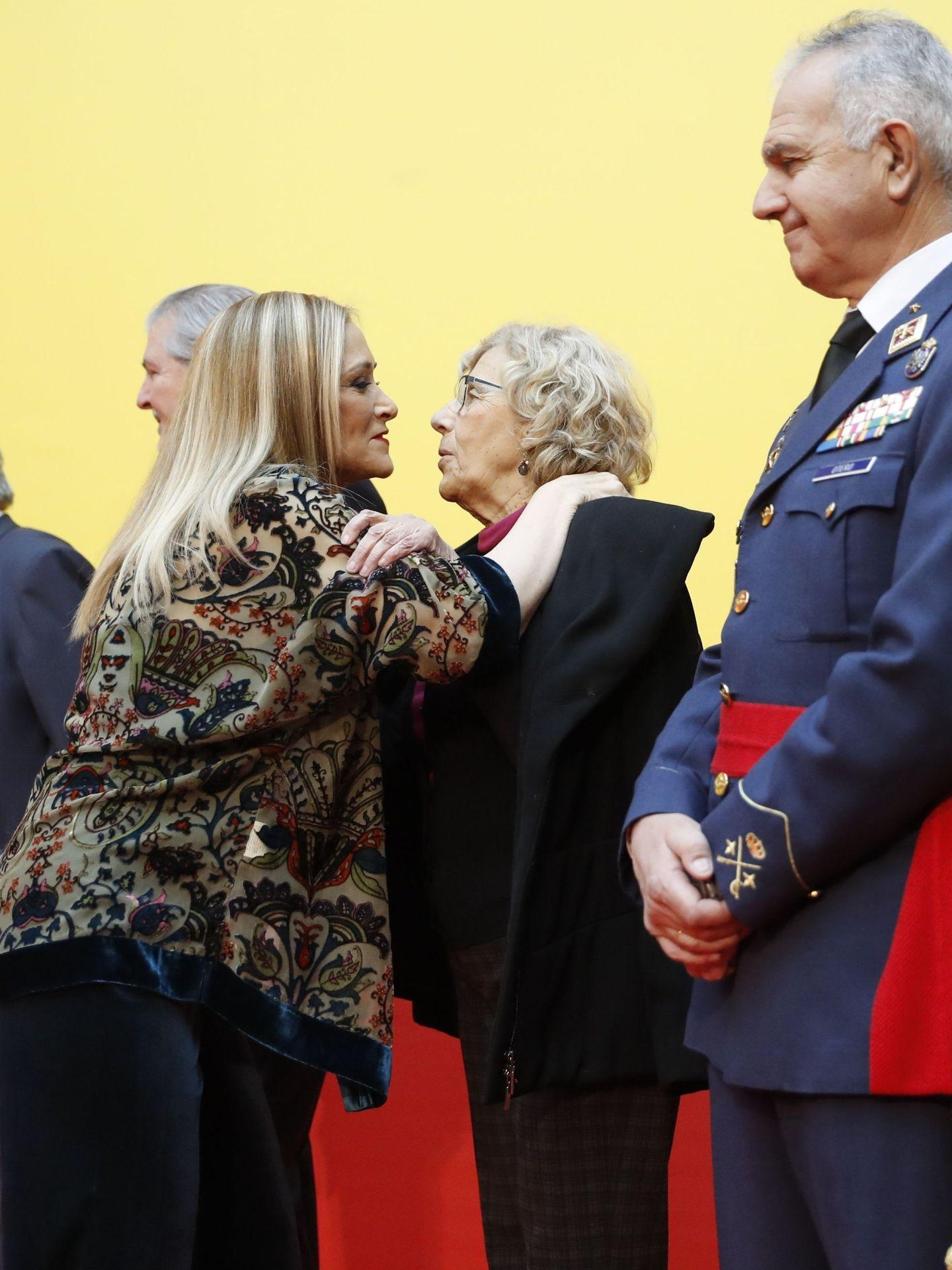 La presidenta de la Comunidad de Madrid, Cristina Cifuentes, saluda a la alcaldesa de Madrid, Manuela Carmena. EFE