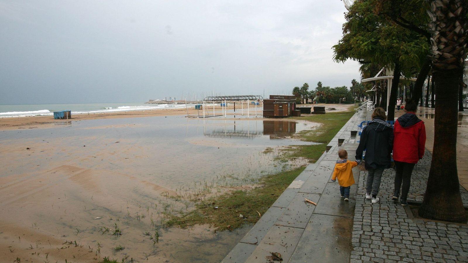 Foto: Vista de la Playa del Regueral de Cambrils, en Tarragona, inundada a causa del temporal de levante. (EFE)