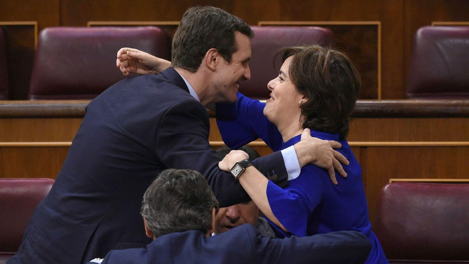 Foto: Soraya Sáenz de Santamaría saluda a Pablo Casado en el Congreso de los Diputados. (EFE)