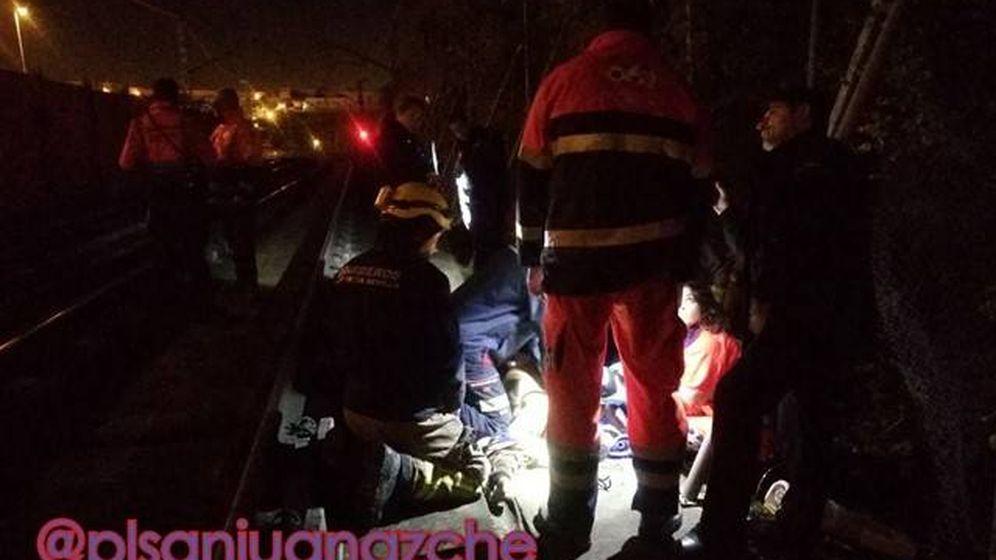 Foto: Servicios de emergencia atienden a la persona herida. (Policía Local de San Juan de Aznalfarache)
