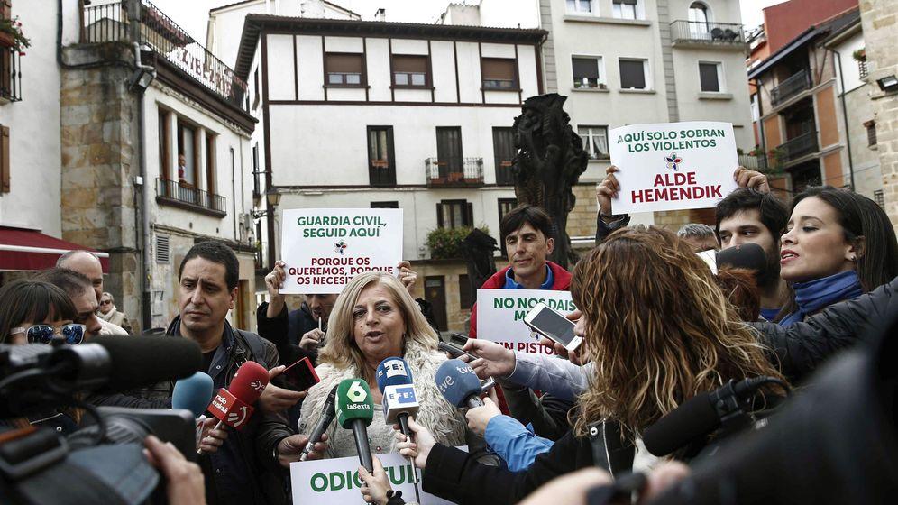 Foto: Consuelo Ordóñez, presidenta del colectivo Covite, y otras cuatro víctimas del terrorismo han defendido con pancartas la presencia de la Guardia Civil en la localidad navarra de Alsasua. (EFE)